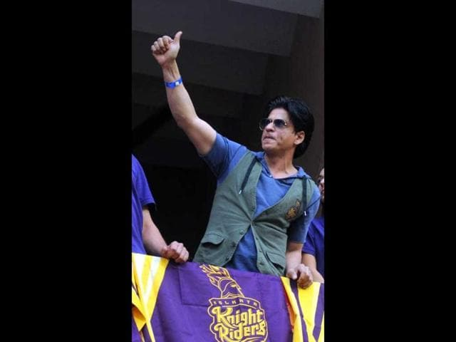 SRK does a thumbs-up for his fans.