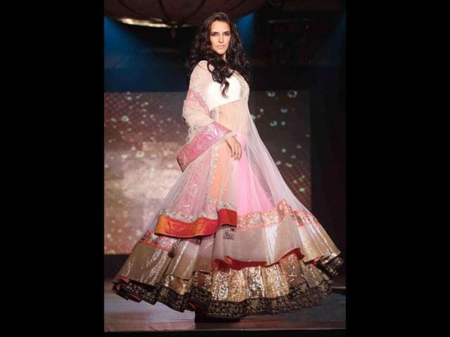 Neha-Dhupia-entralled-the-audience-with-her-lovely-attire