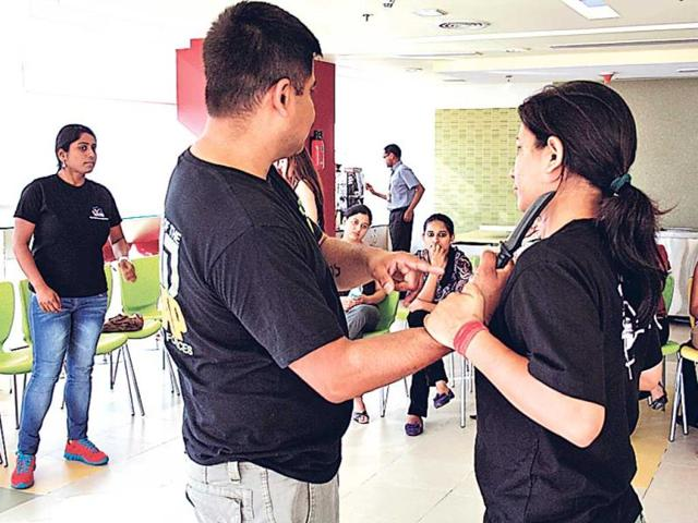 Fitcomb-instructor-Jaipreet-Joshi-takes-a-self-defence-session
