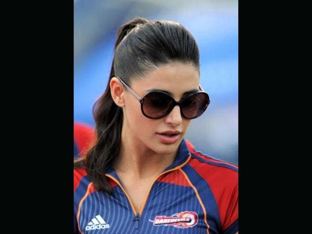 Nargis-Fakhri-looks-amazing-in-a-sari