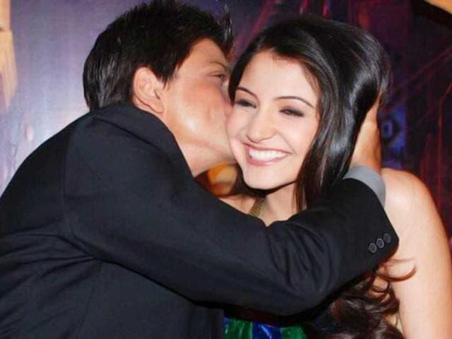 SRK-kisses-Anushka-Sharma-during-Rab-Ne-Bana-Di-Jodi-promotions