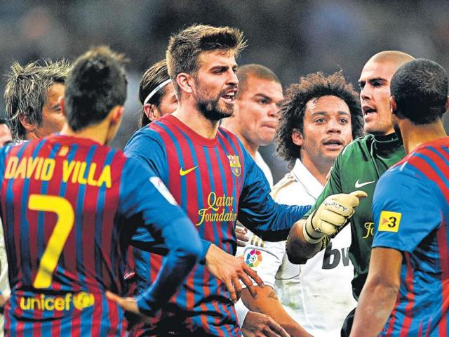 Barcelona-and-Real-Madrid-players-scuffle-during-first-La-Liga-match-of-the-season-between-the-two-sides-in-December-2011-Getty-images