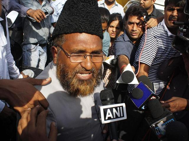 Mufti-Shameem-Kazmi-speaks-to-the-media-after-he-was-expelled-from-Team-Anna-HT-Burhaan-Kinu