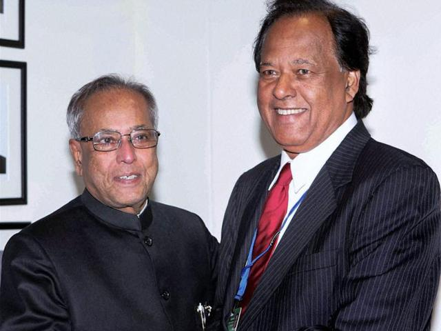 Union-finance-minister-Pranab-Mukherjee-shakes-hands-with-Sri-Lankan-minister-for-international-monetary-cooperation-Sarath-Amunugama-at-a-bilateral-meet-on-the-sideline-of-IMF-s-spring-meeting-in-Washington-PTI