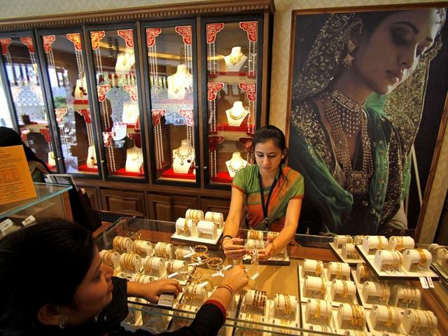 Gold spurts on fresh buying driven by firming global trend