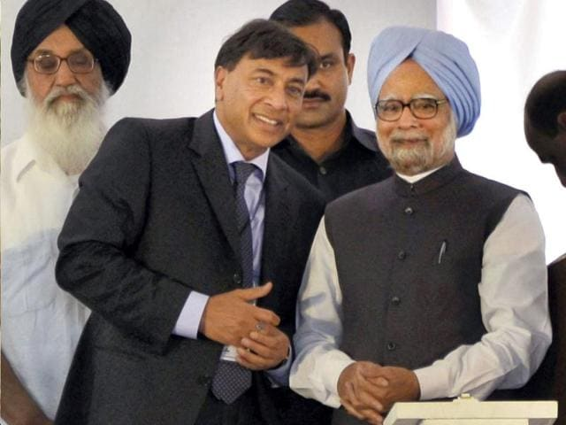 Prime-Minister-Manmohan-Singh-is-seen-with-industrialist-Laxmi-Mittal-after-dedicating-Guru-Gobind-Singh-Refinery-a-joint-project-by-HPCL-and-Mittal-Energy-Ltd-to-the-nation-in-Bhatinda-PTI