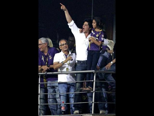 Shah-Rukh-smiles-at-the-camera-while-daughter-Suhana-quietly-walks-away