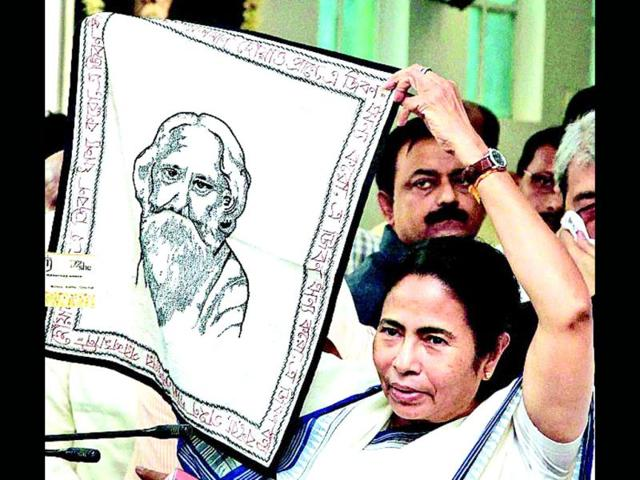 West-Bengal-CM-Mamata-Banerjee-shows-an-embroidered-mat--with-Rabindranath-Tagore-s-face-presented-to-her-by-US-secretary-of-state-Hillary-Clinton-in-Kolkata-PTI