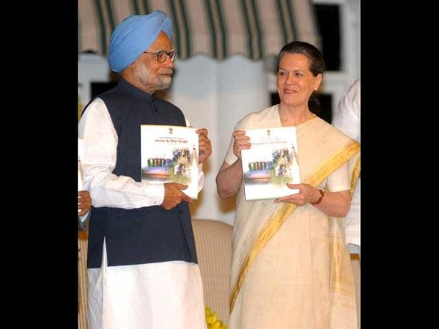Prime-Minister-Manmohan-Singh-and-UPA-chairperson-Sonia-Gandhi-release-the-UPA-s-Report-to-the-People-on-completion-of-three-years-in-government-in-New-Delhi