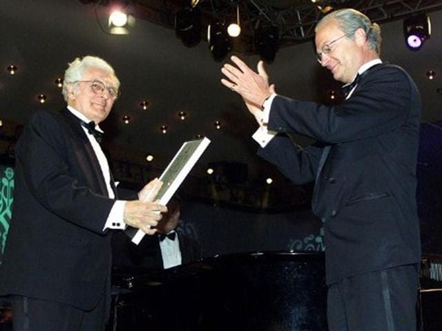 Robert-Moog-the-father-of-the-synthesizer-receives-the-Polar-Music-Prize-from-the-Swedish-King-Carl-XVI-Gustaf-during-a-ceremony-in-the-Berwald-concert-hall-in-Stockholm-AFP-Photo