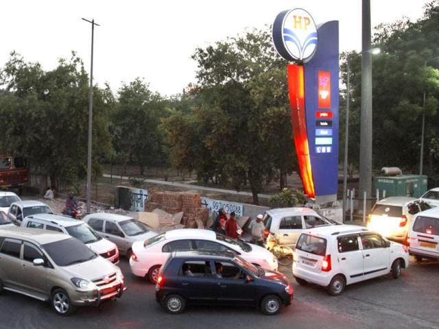 Vehicles await their turn at a petrol pump in Gurgaon. HT/Manoj Kumar