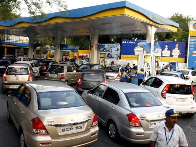 Vehicles queue up near a petrol pump in New Delhi. HT/Sonu Mehta