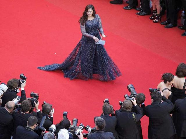 Aishwarya contrasts beautifully with the red carpet.