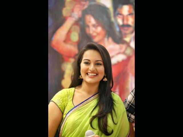Sonakshi-Sinha-smiles-during-the-promotional-event