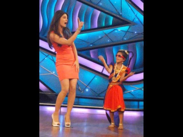 Priyanka-Chopra-dances-with-a-kid-on-the-sets-of-DID-Little-Masters-during-the-promotion-of-Teri-Meri-Kahaani-UNI-photo