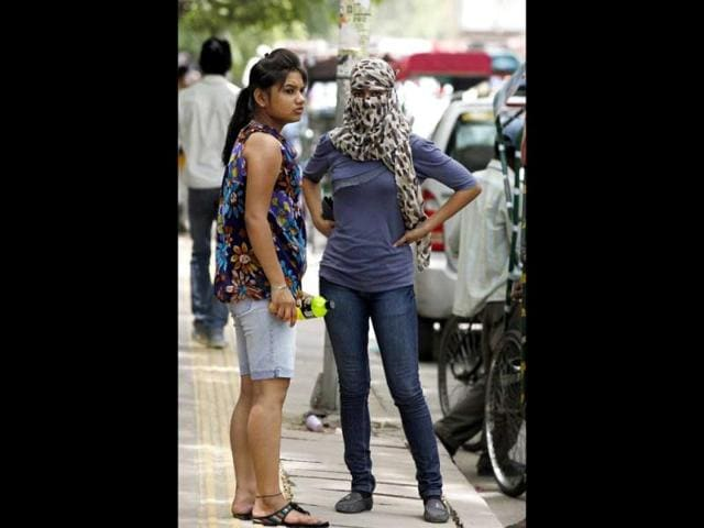 Students-take-precautions-against-the-hot-weather-during-the-Delhi-University-admissions-in-New-Delhi-HT-Photo-Raj-K-Raj