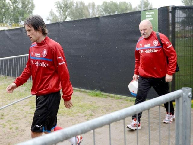 Czech-Republic-national-football-team-midfielder-Tomas-Rosicky-L-leaves-the-pitch-after-a-training-session-in-Wroclaw-three-days-ahead-of-the-team-s-Euro-2012-opening-football-match-Russia-vs-Czech-Republic-AFP-PHOTO-DANIEL-MIHAILESCU