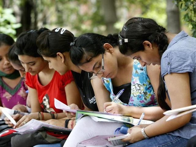 Delhi-University-aspirant-student-filling-up-the-admission-form-at-Faculty-of-Arts-North-Campus-in-New-Delhi-Photo-by-M-ZHAZO-Hindustan-Times