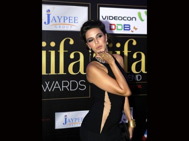 Neha-Dhupia-blows-a-kiss-as-she-arrives-at-the-green-carpet