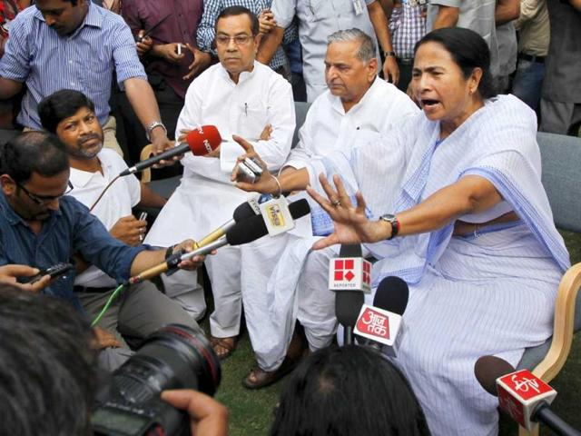 West-Bengal-chief-minister-Mamata-Banerjee-along-with-Samajwadi-Party-president-Mulayam-Singh-Yadav-during-a-joint-press-conference-after-their-meeting-at-his-residence-in-New-Delhi-HT-Photo-Ajay-Aggarwal