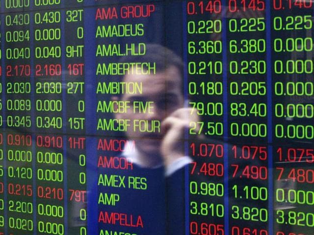 Sensex at 1-wk low, falls 129 pts on weak Rs. , global cues