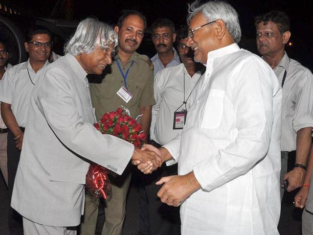 Bihar-chief-minister-Nitish-Kumar-greets-former-president-APJ-Abdul-Kalam-in-Patna-airport-during-his-one-day-visit-in-state-Agencies