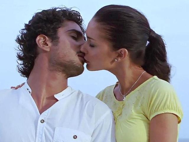 Prateik-Babbar-and-Amy-Jackson-kissed-in-Ekk-Deewana-Tha