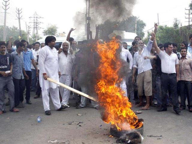 Locals-block-old-Delhi-Gurgaon-road-to-protest-against-poor-supply-of-electricity-and-water-in-Gurgaon-HT-Manoj-Kumar