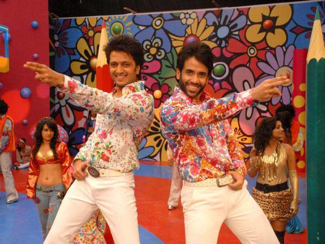 Tusshar-Kapoor-and-Riteish-Deshmukh-in-a-still-from--hit-song-Dil-Garden-Garden-from-their-raunchy-flick-Kyaa-Super-Kool-Hain-Hum