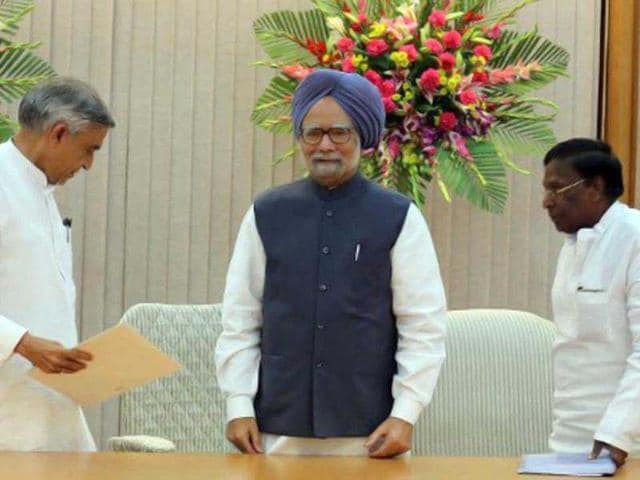 Prime-Minister-Manmohan-Singh-gestures-to-greet-as-he-arrives-for-the-Congress-Working-Committee-CWC-meeting-in-New-Delhi-AFP-Prakash-Singh