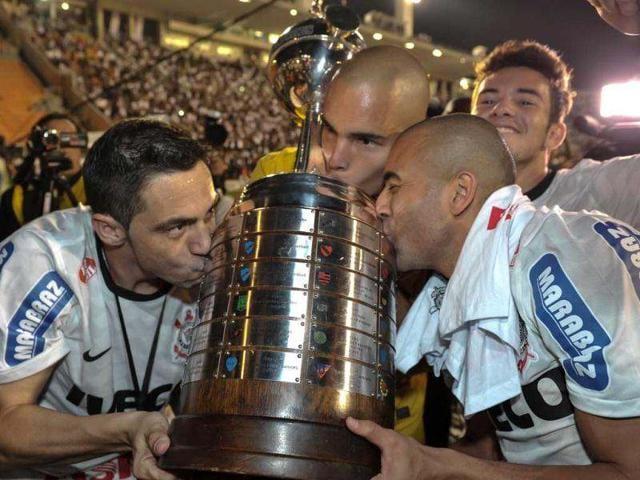 Brazil-s-Corinthians-teammates-kiss-the-Copa-Libertadores-trophy-after-their-victory-against-Argentina-s-Boca-Juniors-during-their-Copa-Libertadores-2012-second-leg-final-match-at-Pacaembu-stadium-in-Sao-Paulo-AFP
