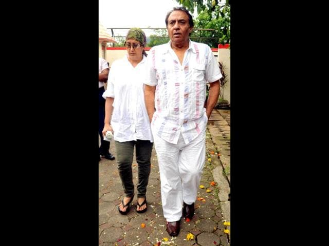 Ranjeet-accompanied-by-his-wife-attends-the-cremation-ceremony-of-Dara-Singh