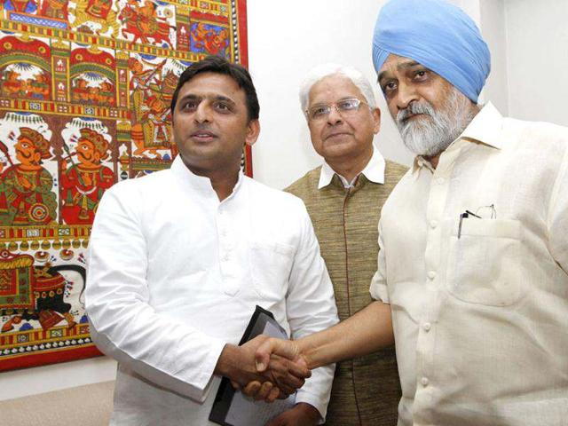 Akhilesh-Yadav-chief-minister-of-Uttar-Pradesh-during-meeting-with-Montek-Singh-Ahluwalia-deputy-chairman-of-Planning-Commission-at-Yajana-Bhawan-in-New-Delhi-HT-Arvind-Yadav
