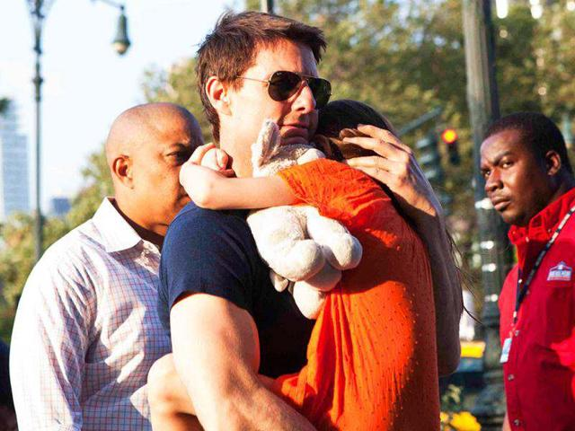 The-50-year-old-Hollywood-star-Tom-Cruise-was-photographed-holding-his-6-year-old-daughter-Suri-on-a-New-York-street