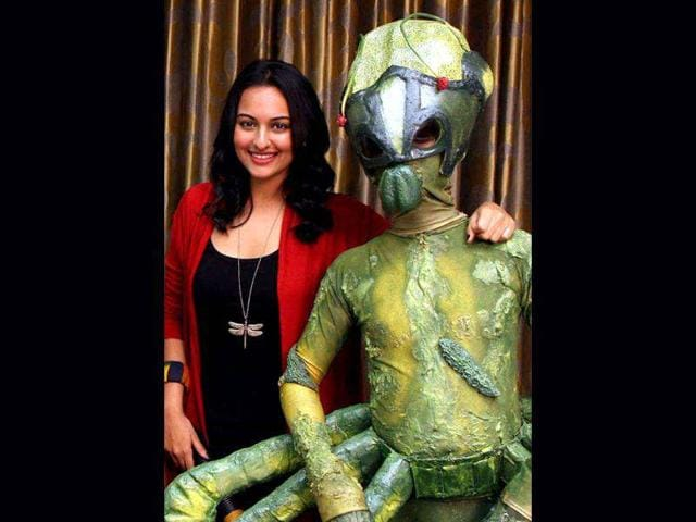 Sonakshi-Sinha-poses-with-an-alien