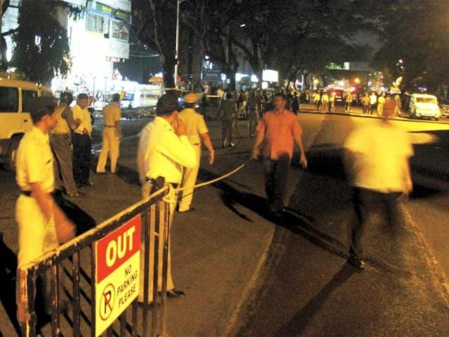The-member-of-the-diffusion-squad-attempts-to-diffuse-a-bomb-at-Balgandharwa-JM-Road-in-Pune-HT
