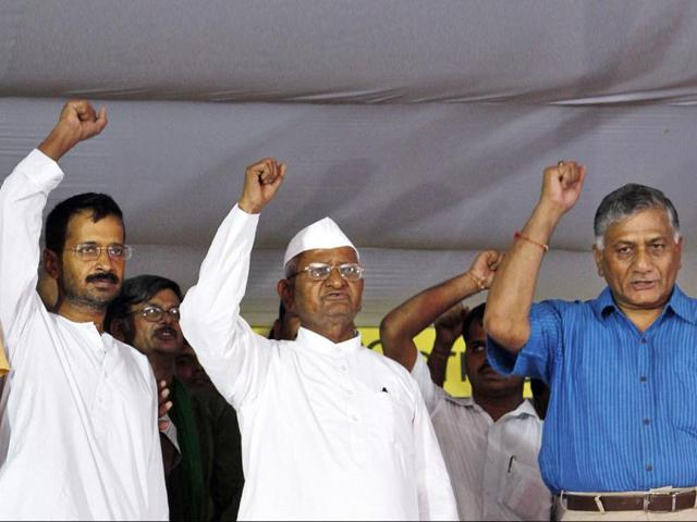 Social-activist-Anna-Hazare-Arvind-Kejriwal-former-Army-chief-Gen-VK-Singh-and-others-wave-to-supporters-at-Jantar-Mantar-in-New-Dehi-UNI-Photo