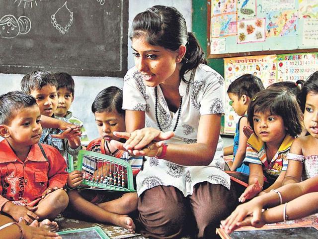 Shabnam-connects-with-children-in-the-balwadi-kindergarten-at-Kanakdurga-slum-in-RK-Puram--SANJEEV-VERMA-ht-photo