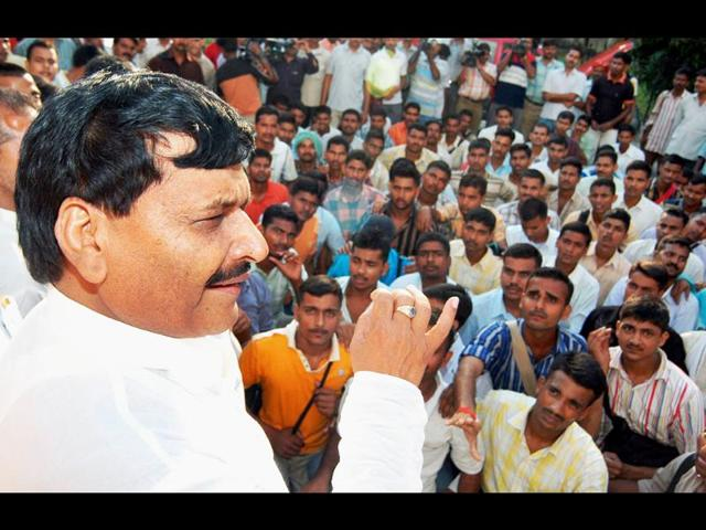 SP minister asks babus to 'steel a bit',then blames media,shipal yadav