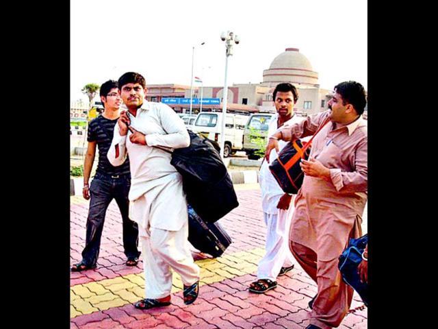 Pak Hindus come to india,hindus,attari