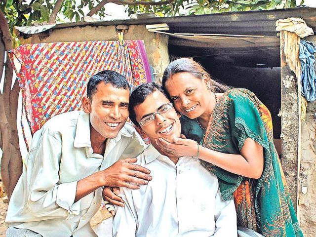 Sunil-Kumar-with-his-parents-in-Chandigarh-HT-Gurminder-Singh