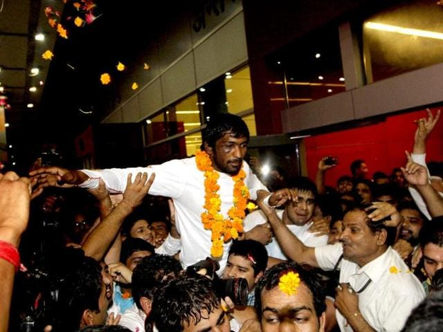 Wrestler Yogeshwar Dutt, who won Bronze medal at London Olympics, is being greeted by his fans upon arrival at New Delhi
