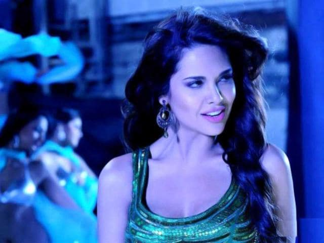 Emraan-Hashmi-will-be-seen-romancing-Esha-Gupta