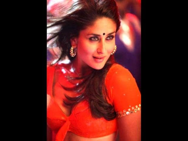 Madhur-Bhandarkar-tweeted-this-pic-where-Kareena-Kapoor-is-applying-some-make-up