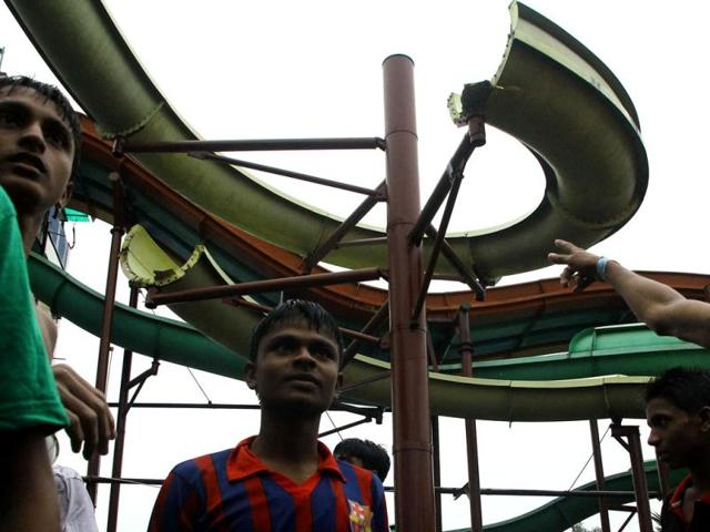Students-look-up-at-the-part-of-a-water-slide-that-collapsed-at-an-amusement-park-in-Kolkata-At-least-17-children-were-injured-a-senior-police-official-said-AFP-Photo