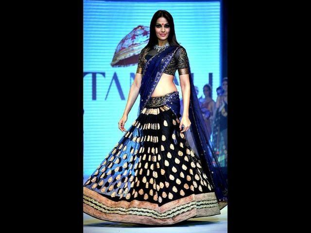 Bipasha-Basu-showcases-jewellery-designer-Gitanjali-Jewels-creations-as-she-walks-the-ramp-during-the-fourth-day-of-India-International-Jewellery-Week-2012-in-Mumbai-on-August-22-AFP-Photo