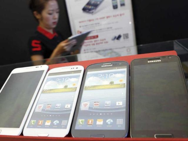 Samsung-Electronics-Galaxy-smartphones-are-displayed-at-a-store-in-Seoul-Reuters-Lee-Jae-Won