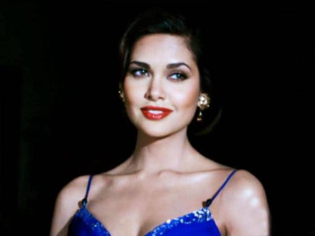 Esha-Gupta-plays-Sanjana-Dhanraj-an-actress-in-Raaz-3
