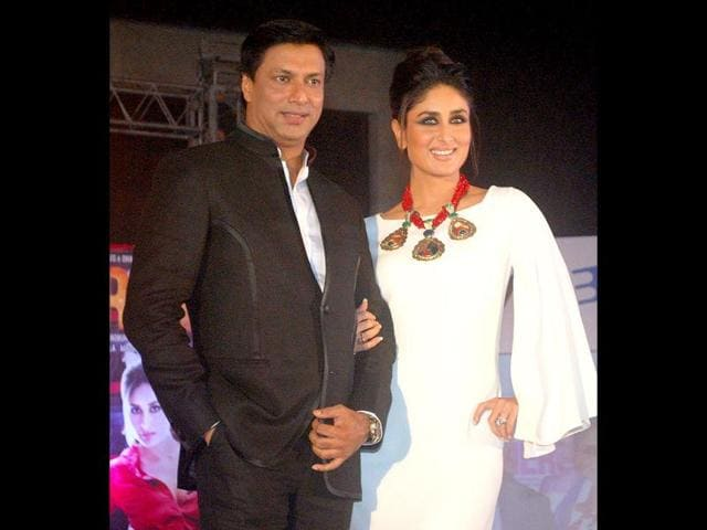 Kareena-Kapoor-and-Madhur-Bhandarkar-were-seen-promoting-their-upcoming-film-Heroine-in-Ambience-mall-Gurgaon