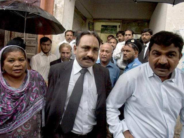 Tahir-Naveed-Chaudhry-center-lawyer-of-Christian-girl-accused-of-blasphemy-leaves-after-court-hearing-in-Islamabad-AP-Photo-Anjum-Naveed